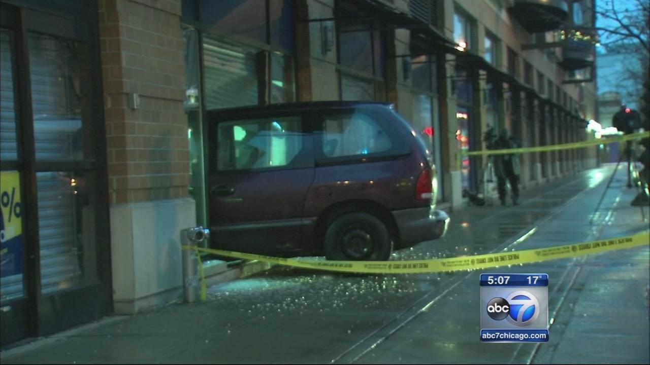 Van smashes into Lincoln Park Best Buy in smash and grab
