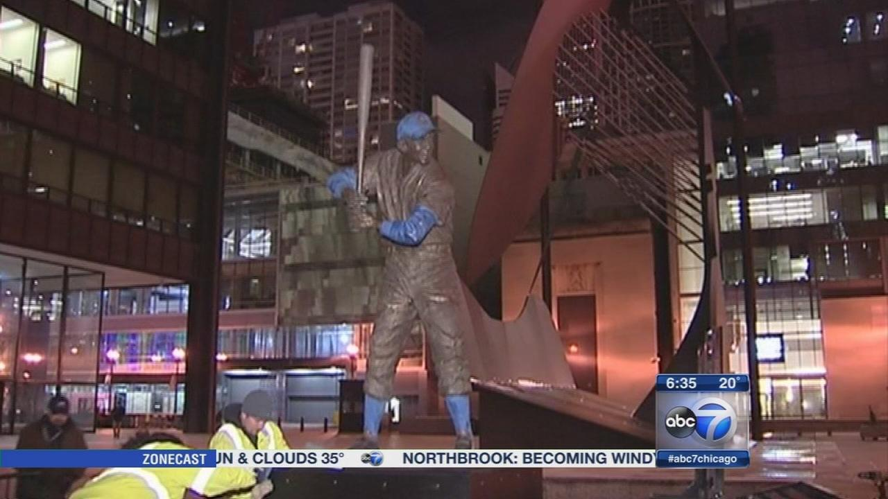 Fans pay respects to Ernie Banks in Daley Plaza