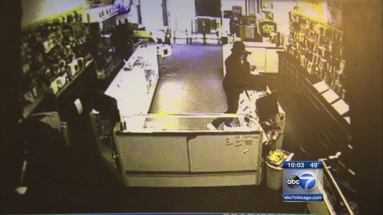 Man claiming to be deputy robs cell phone store