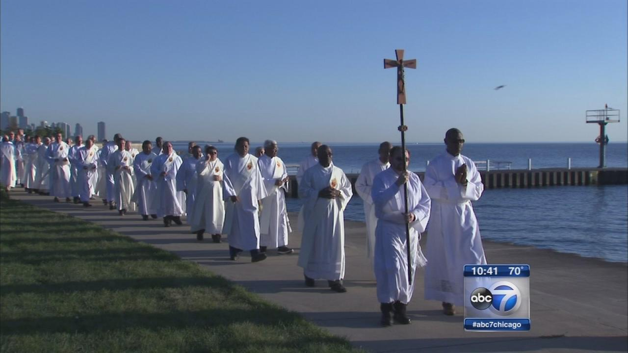 Crowds gather for prayer service at Oakwood Beach to promote peace