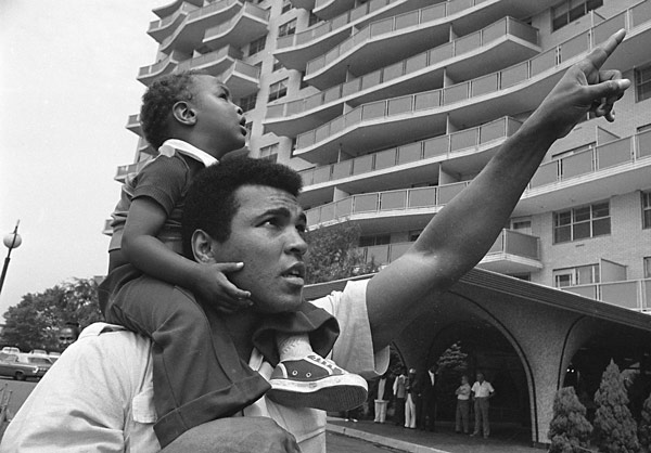 "<div class=""meta image-caption""><div class=""origin-logo origin-image ap""><span>AP</span></div><span class=""caption-text"">Former heavyweight boxer Muhammad Ali carries his son, Muhammad Ali, Jr., on his shoulders, Aug. 24, 1974, in Cherry Hill, N.J., (AP Photo/Bill Ingraham)</span></div>"