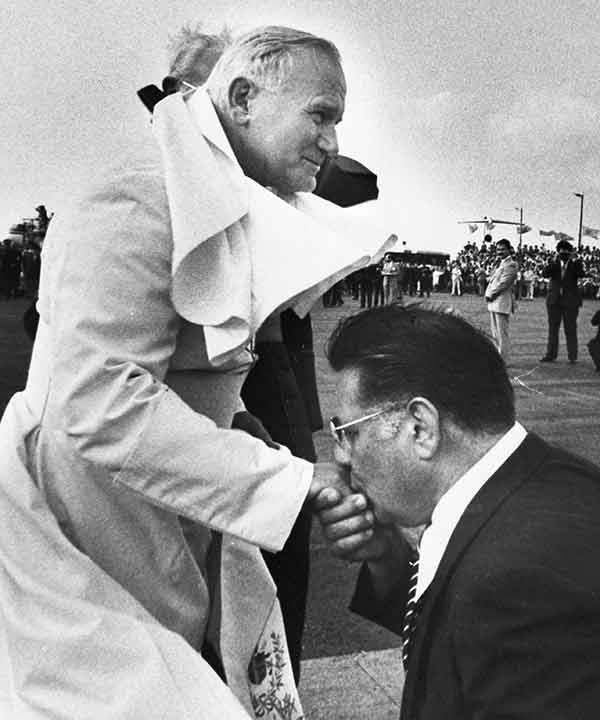 <div class='meta'><div class='origin-logo' data-origin='AP'></div><span class='caption-text' data-credit=''>Philadelphia Mayor Frank Rizzo kneels and kisses the hand of Pope John Paul II at the airport in Philadelphia, Pa., Oct. 3, 1979.</span></div>