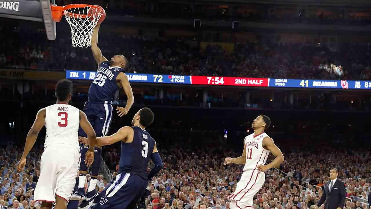 Villanovas Mikal Bridges (25) dunks during the second half of the NCAA Final Four tournament college basketball semifinal game against Oklahoma.