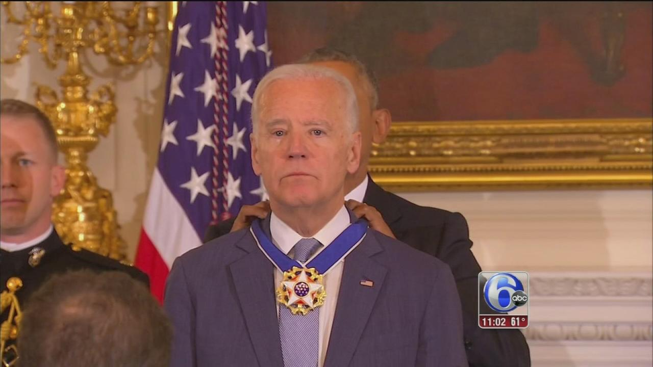 In tearful farewell, Obama awards Biden the Medal of Freedom