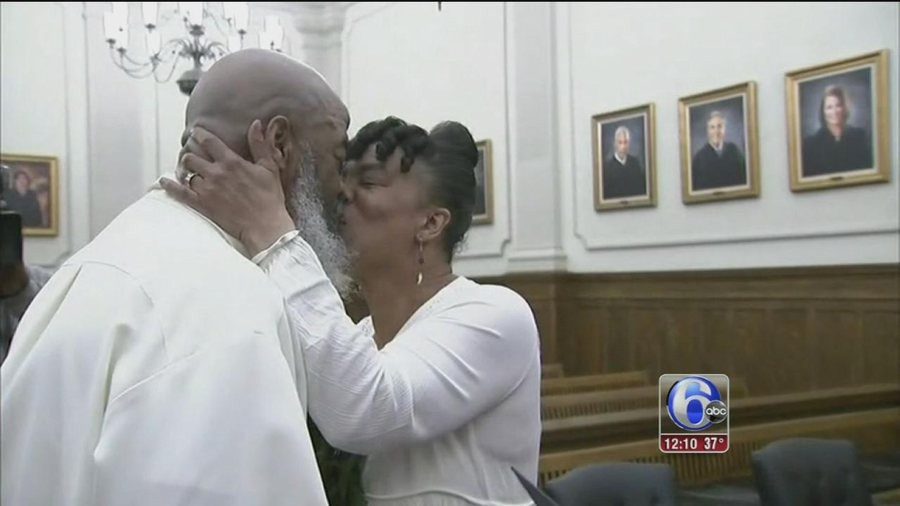 Lovebirds flock to Montgomery Co. courthouse