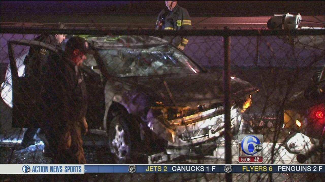 2 people hurt in South Philadelphia crash