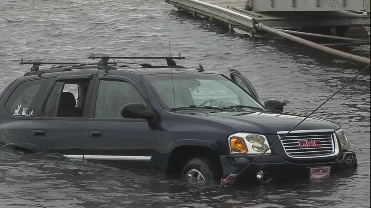 SUV, trailer plunge into Delaware River in Tacony
