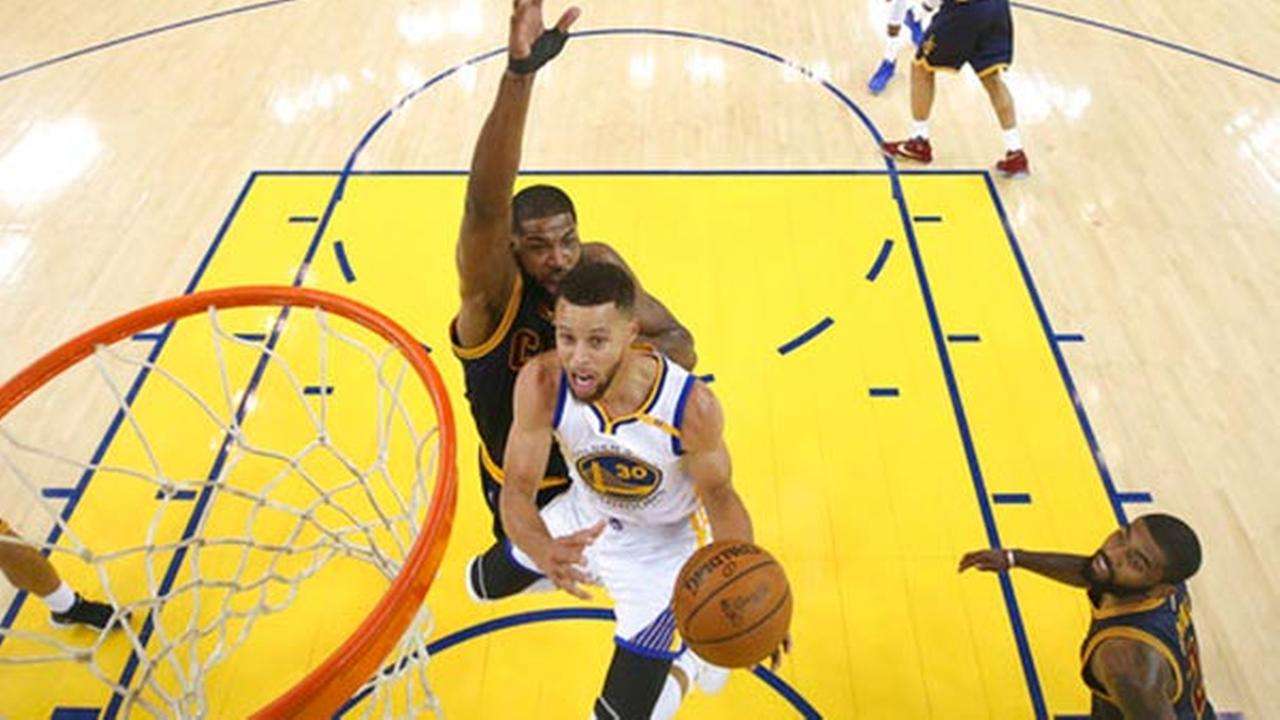 Golden State Warriors guard Stephen Curry (30) shoots against the Cleveland Cavaliers during the first half of Game 1 of basketballs NBA Finals in Oakland, Calif.