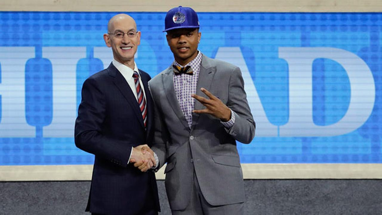 Washingtons Markelle Fultz, right, poses for a photo with NBA Commissioner Adam Silver after being selected by the Philadelphia 76ers as the No. 1 pick.