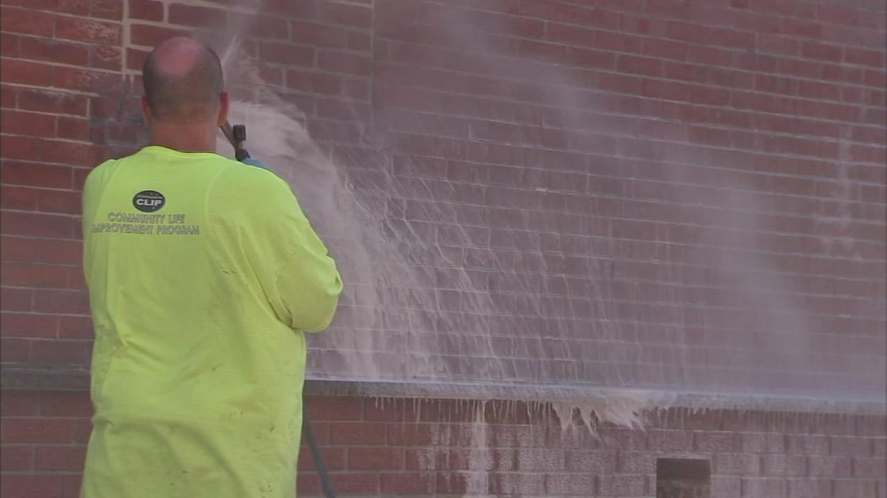 Crews clean up South Philadelphia graffiti