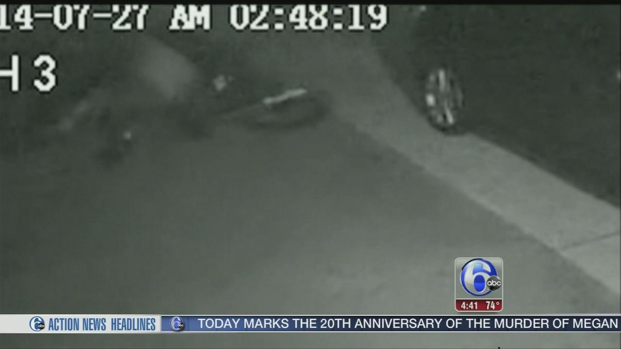 VIDEO: Burglar steals bike, but cant ride it