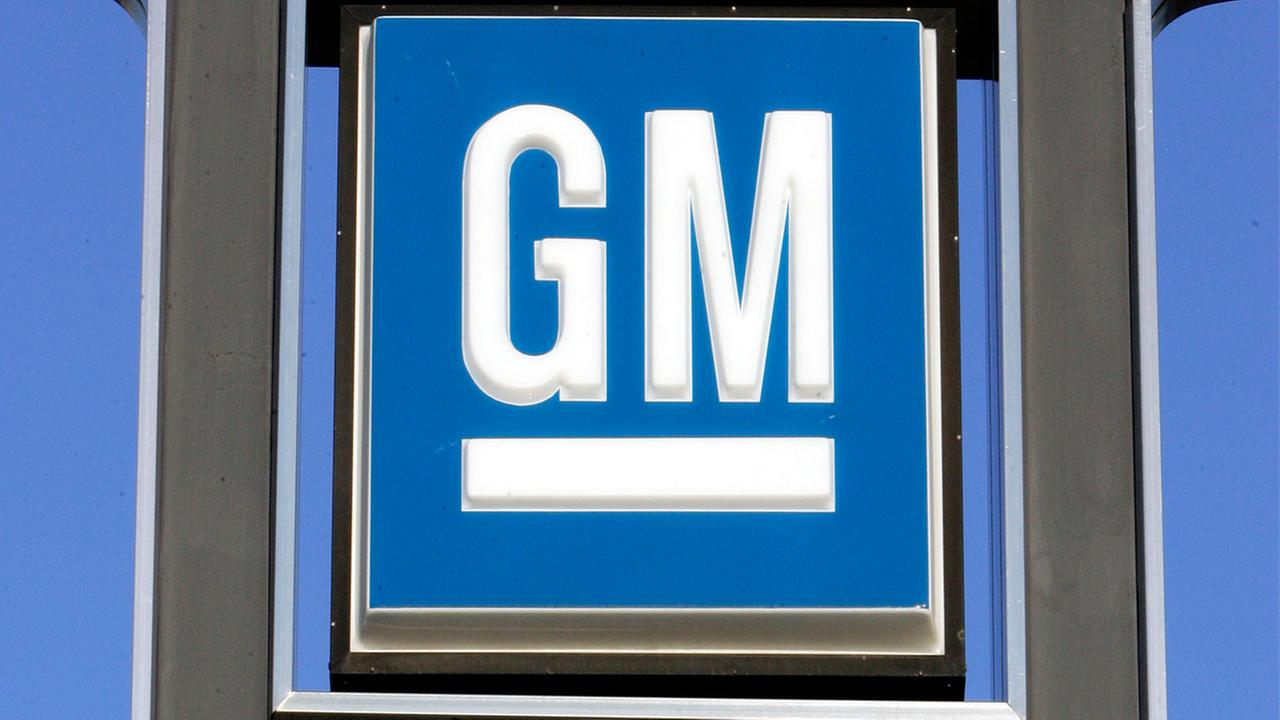 General Motors Co. is recalling roughly 800,000 Chevrolet Silverado 1500 and GMC Sierra 1500 pickup trucks worldwide.
