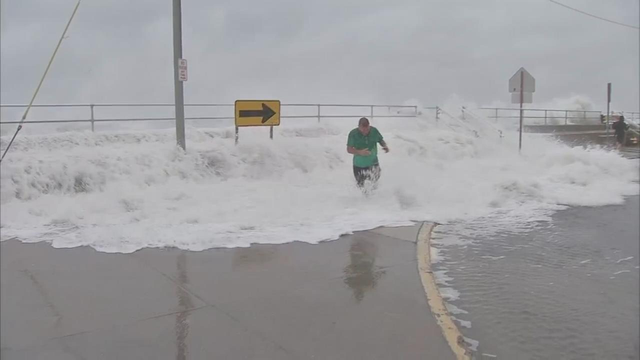 Hurricane Jose sends waves crashing over sea wall