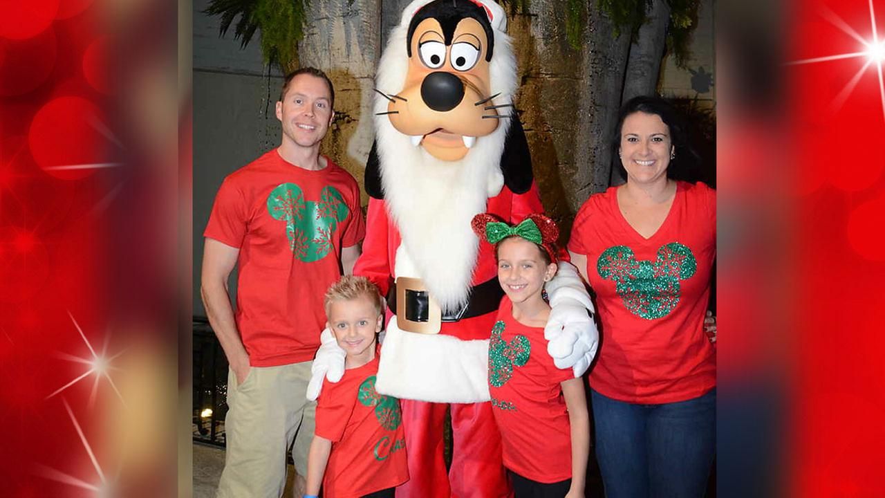 Mike Niklauski and his family smile for the camera with Goofy!