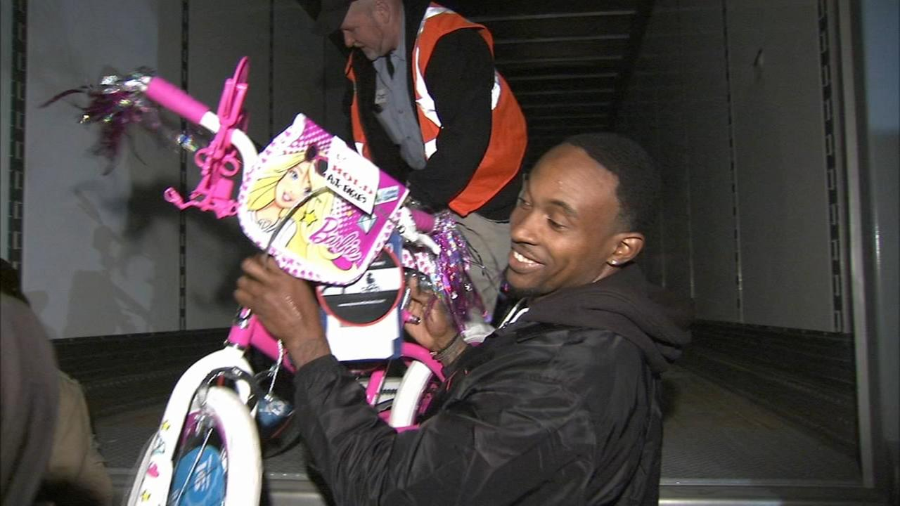 VIDEO: Eagles player surprises kids with truck full of toys