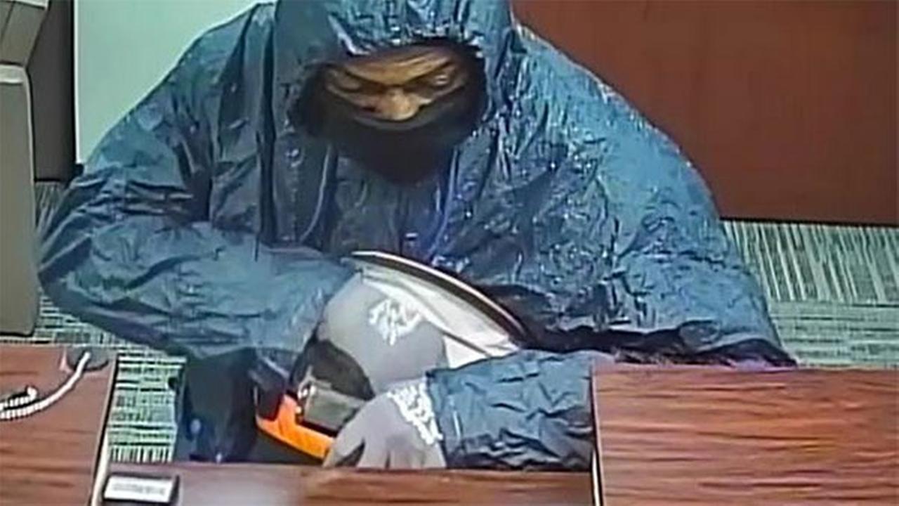 Philadelphia police seek bag-toting bank robber