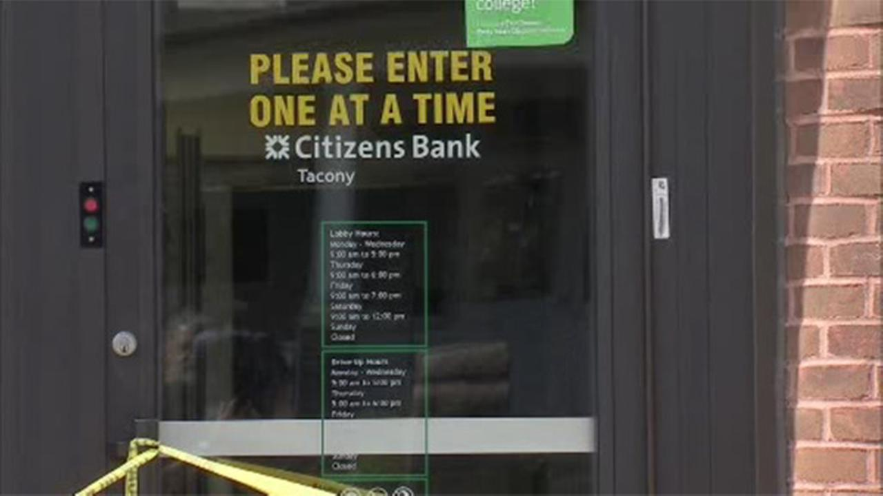 Dye pack explodes on bank robber caught in door