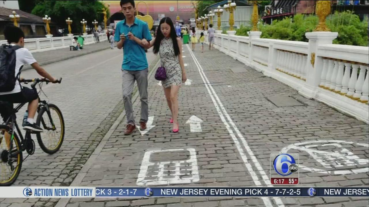 VIDEO: Texting-while-walking lane for pedestrians