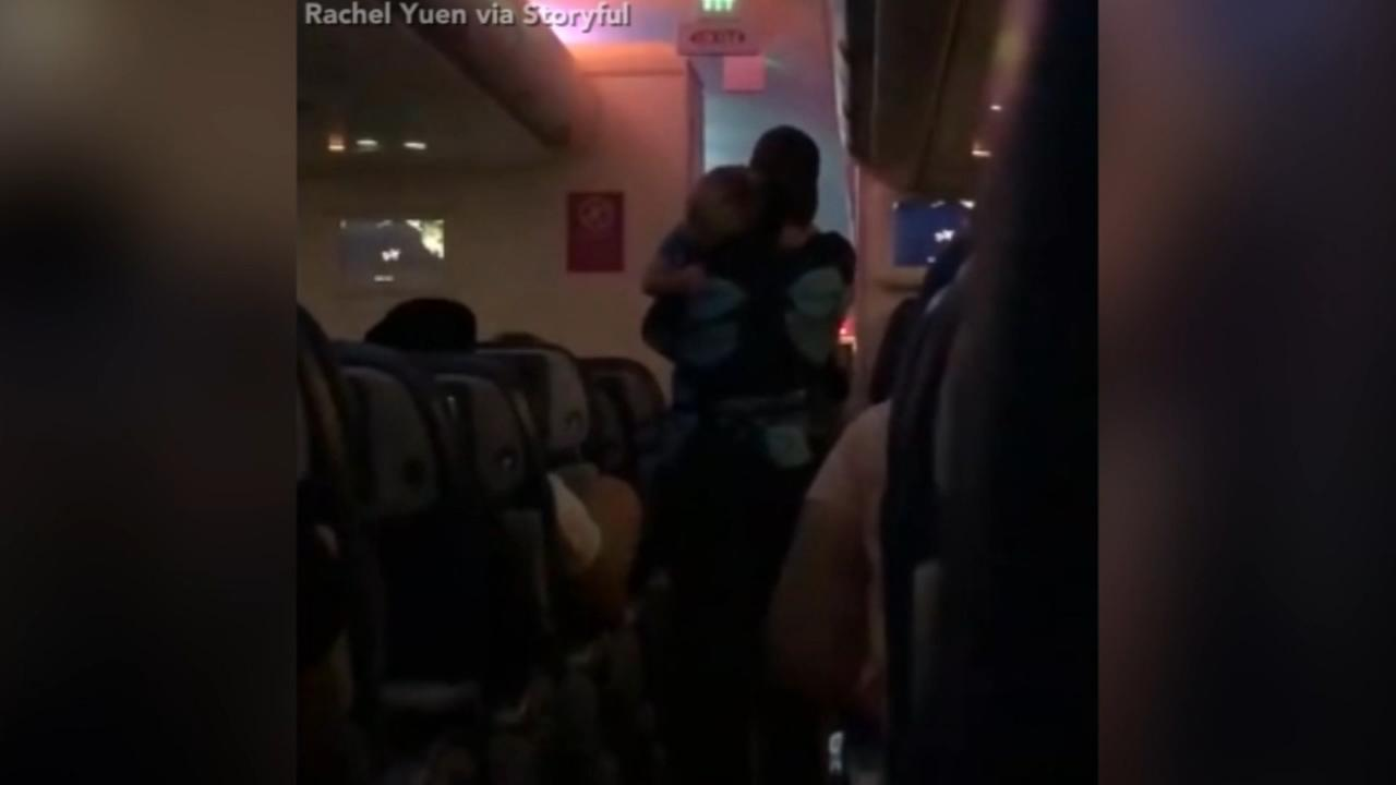 VIDEO: Flight attendant helps mother of three calm down toddler on late-night flight