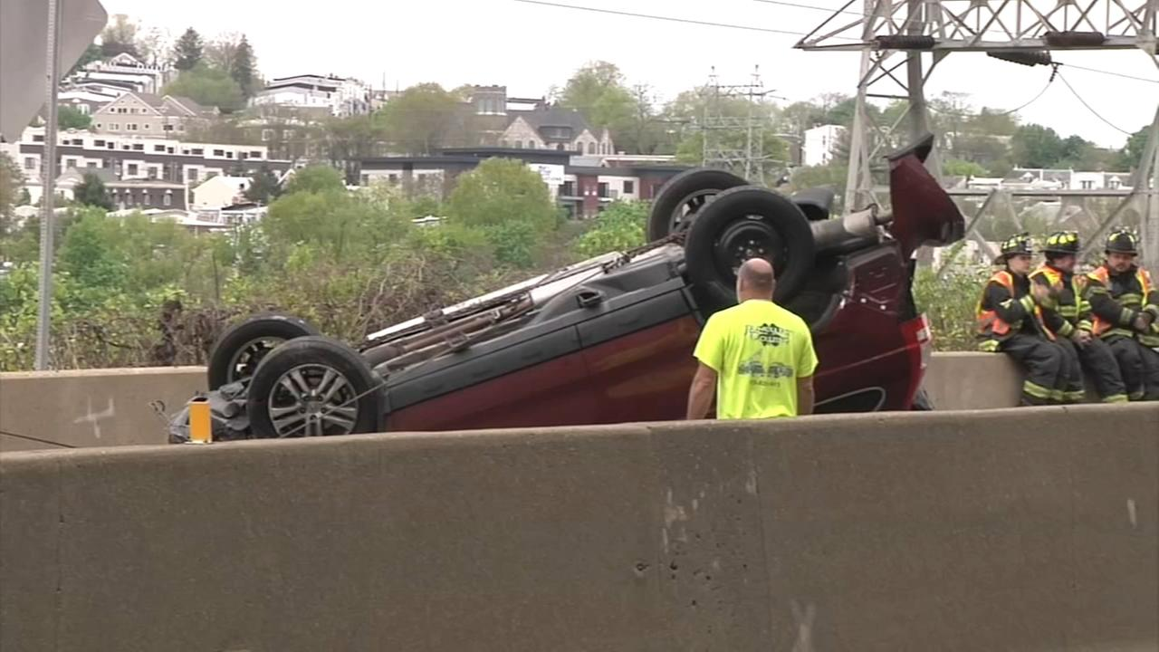 Vehicle overturns on Schuylkill Expressway