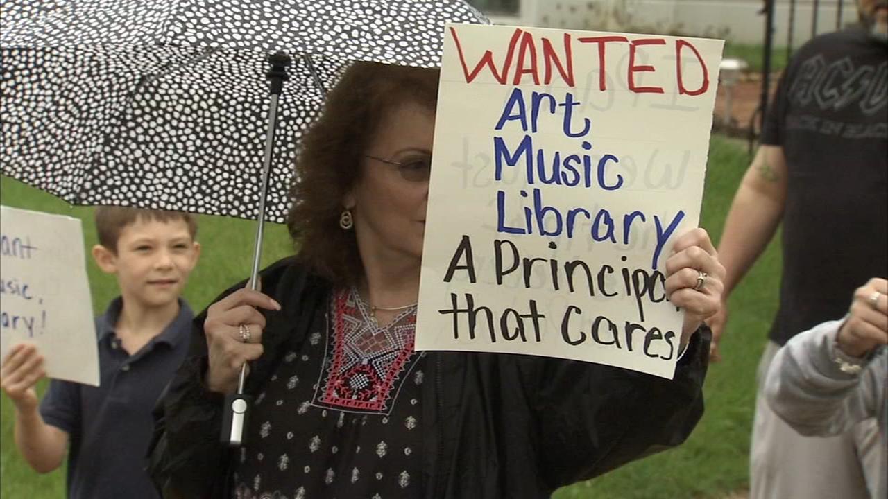 Parents picket Philly school demanding better conditions
