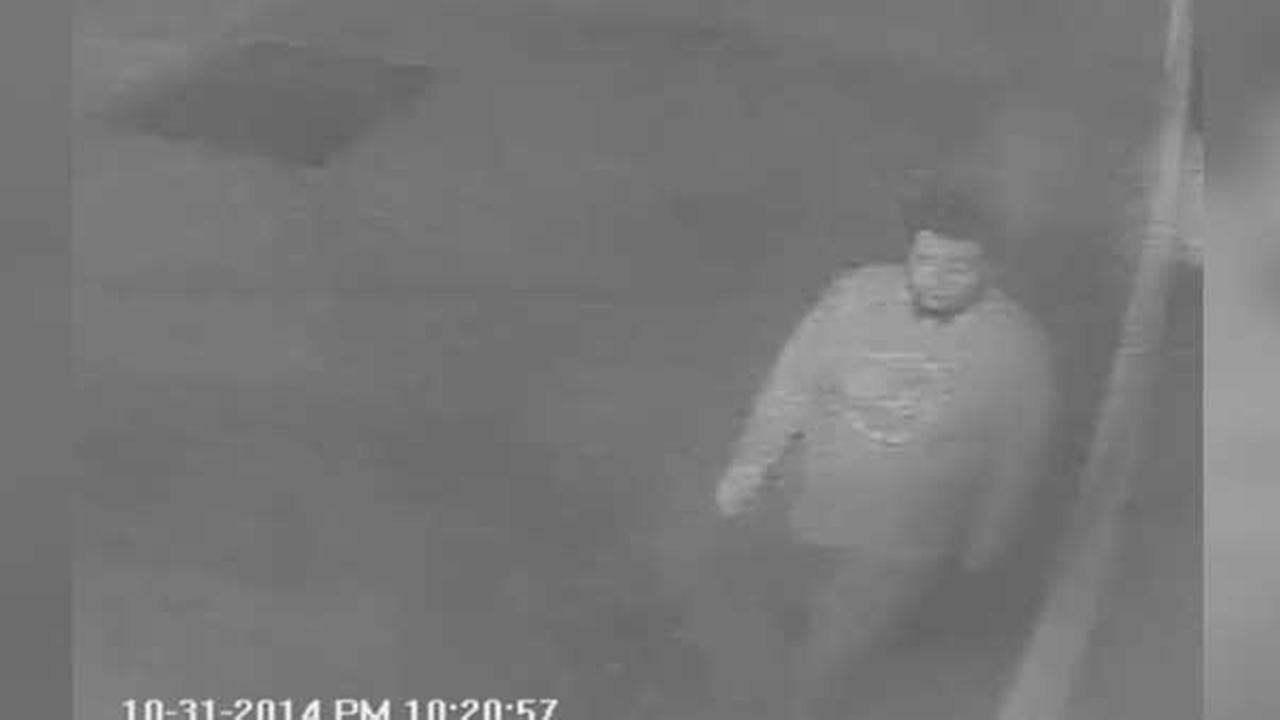Philadelphia police are looking for a man who attacked and robbed 2 women in the citys Kensington section.