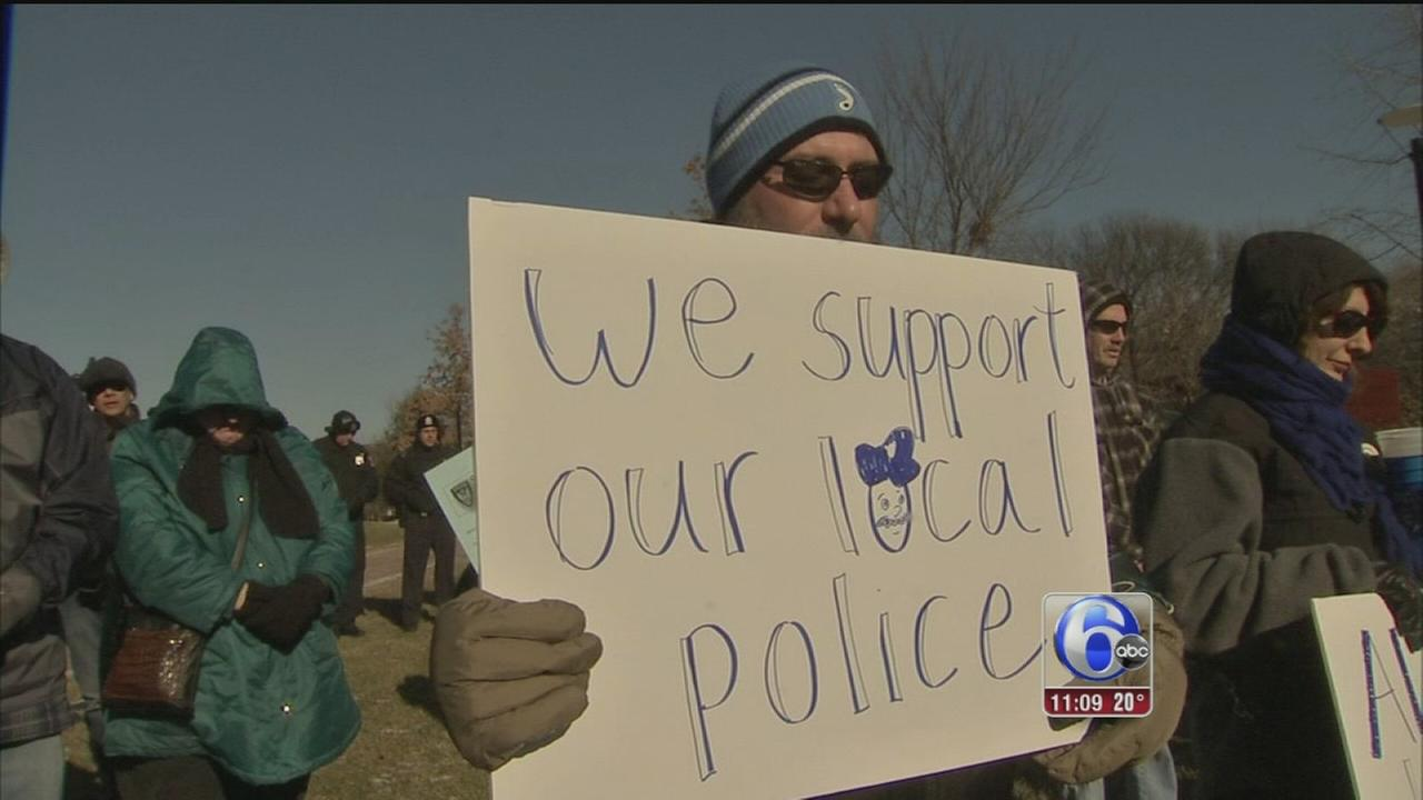 VIDEO: Hundreds brave the cold to rally for police