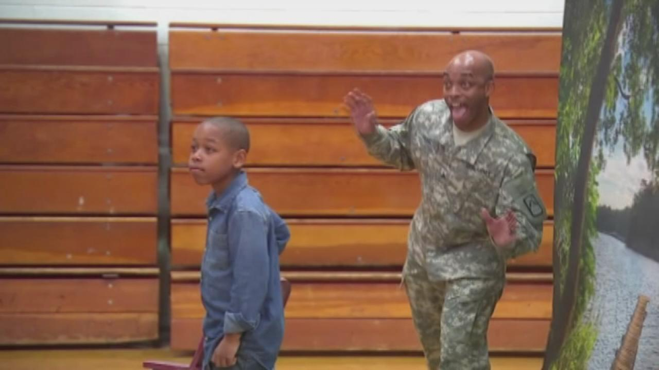 VIDEO: Soldier surprises son, photobombs school picture