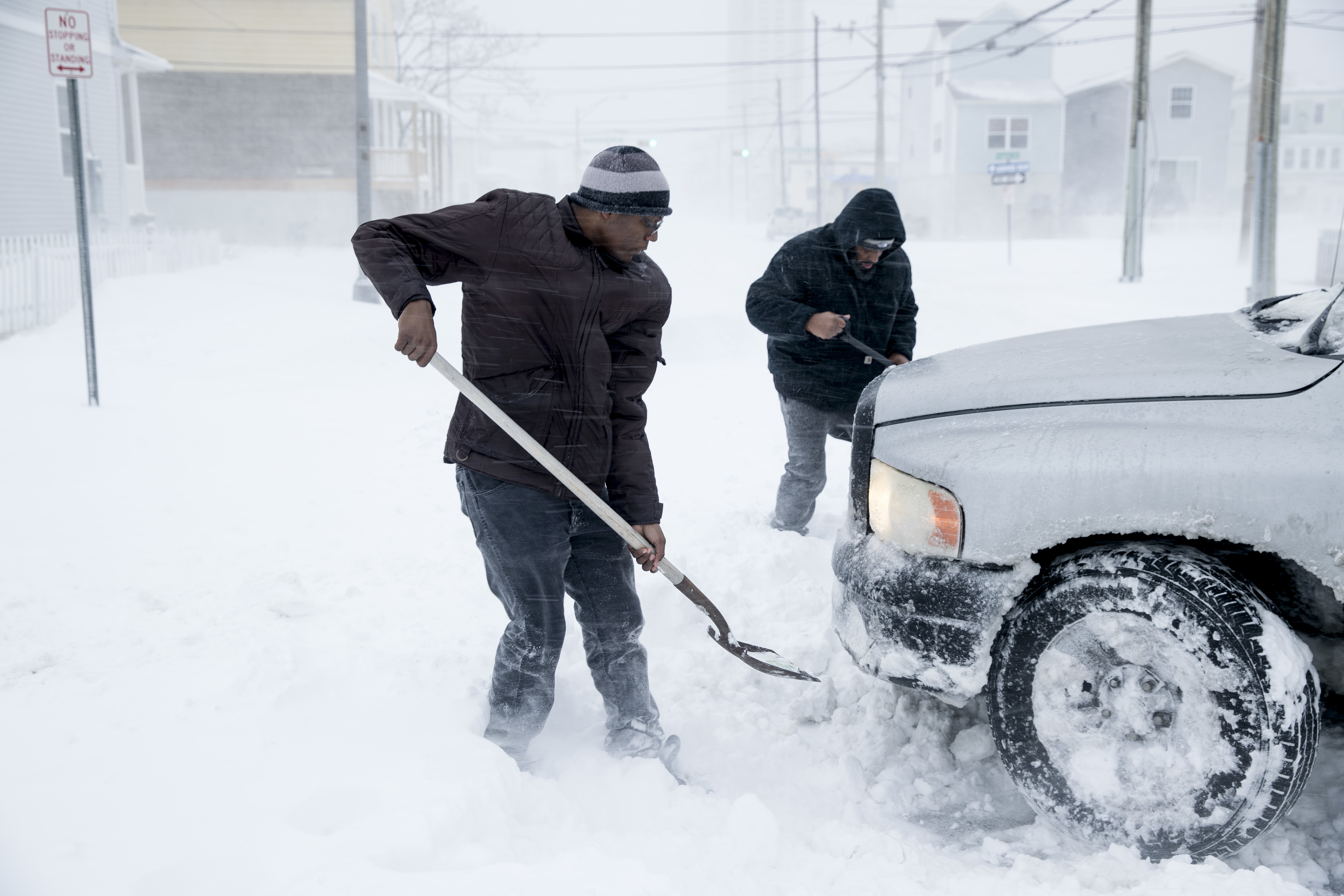 "<div class=""meta image-caption""><div class=""origin-logo origin-image none""><span>none</span></div><span class=""caption-text"">Umoja Blanks, center, and Devin Brown help to dig out a stranger's stranded truck during a winter snowstorm in Atlantic City, N.J., Thursday, Jan. 4, 2018. (AP Photo/Matt Rourke) (AP)</span></div>"