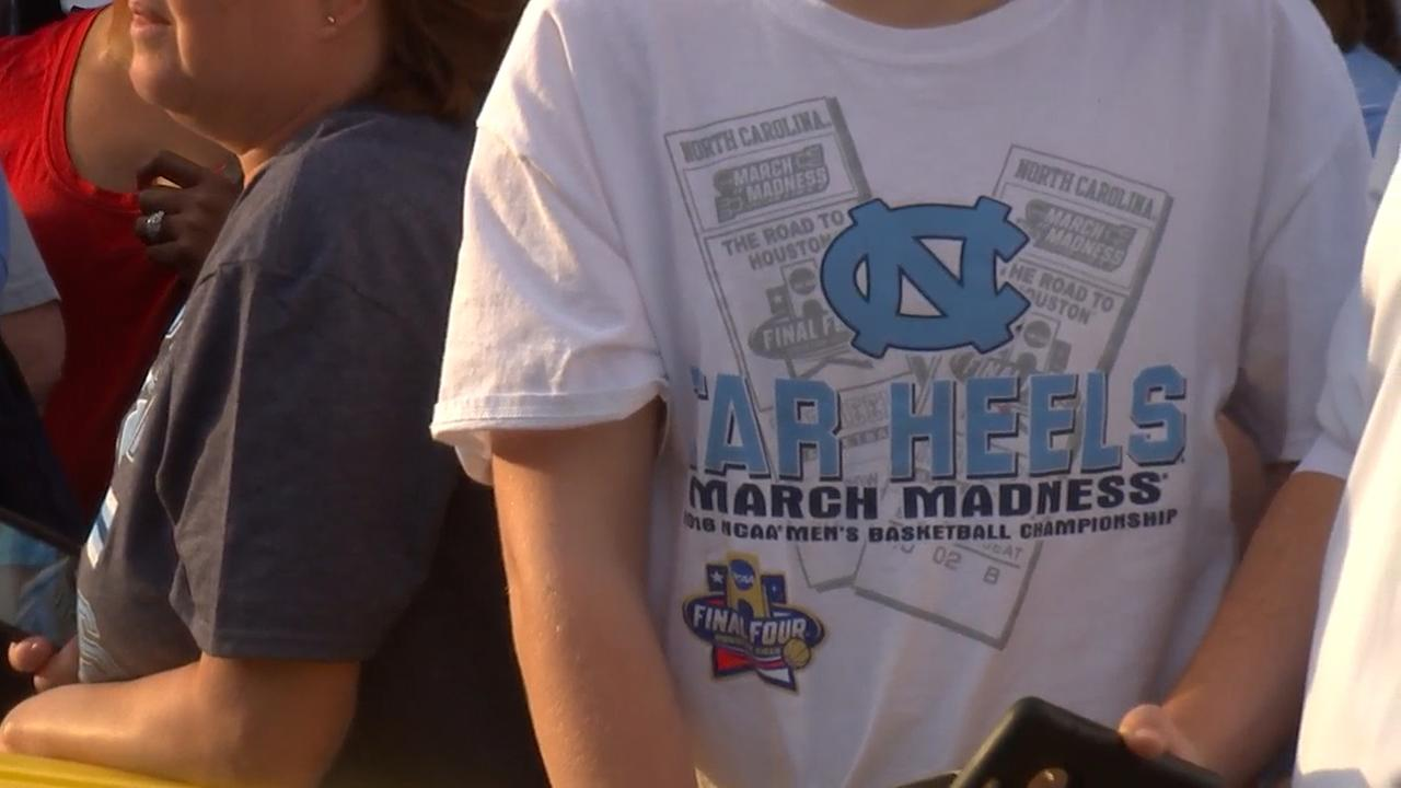 Fans give UNCs basketball team a sendoff as it departs for Houston and the Final Four.