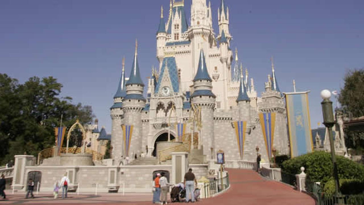 Florida theme parks to offer free repellent in Zika scare