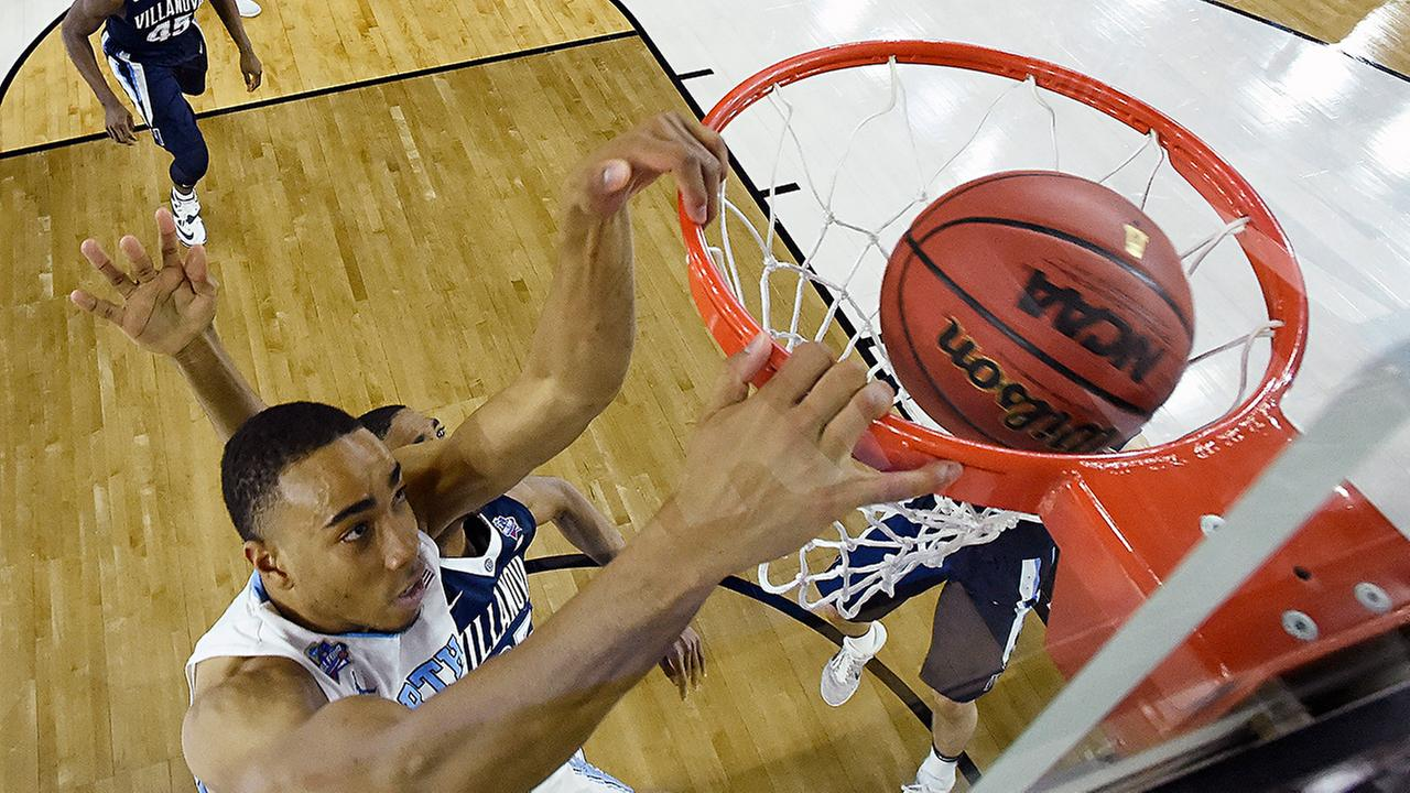 North Carolinas Brice Johnson dunks the ball against Villanova during the first half.