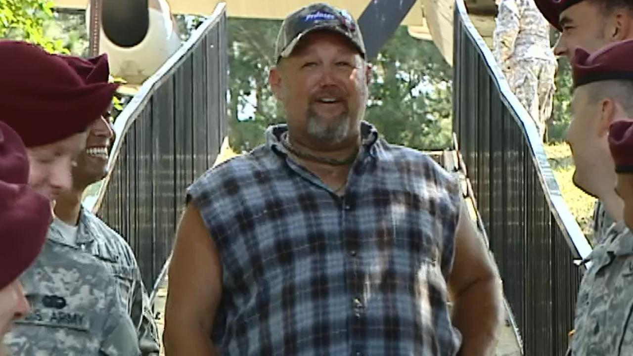 Larry the Cable Guy visits Fort Bragg.