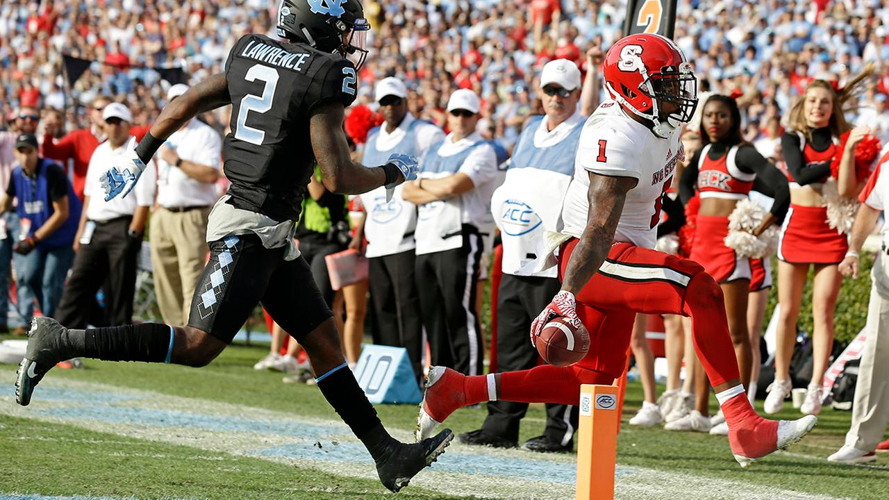 North Carolina States Jaylen Samuels (1) scores a touchdown as North Carolinas Des Lawrence (2) chases during the second half.