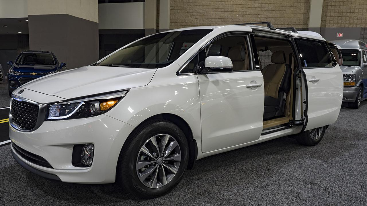 Kia recalls 106,000 Sedona minivans for sliding-door problem