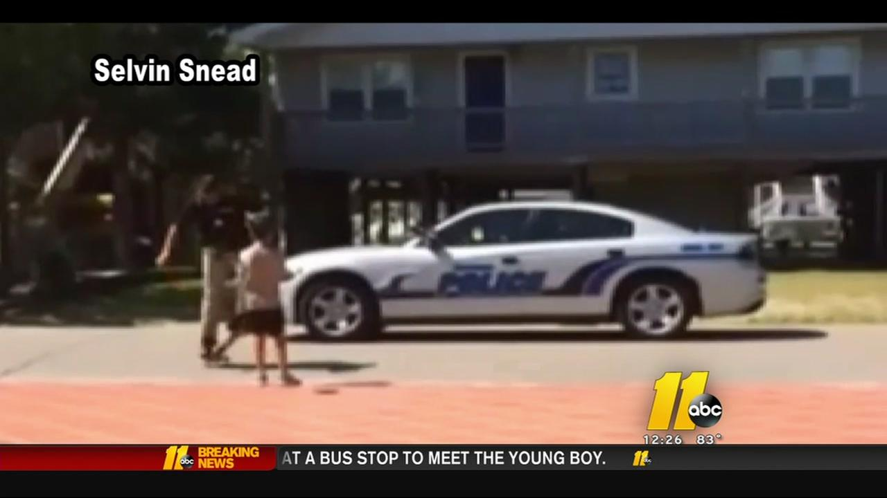 Topsail Beach officer teaches boy to skateboard