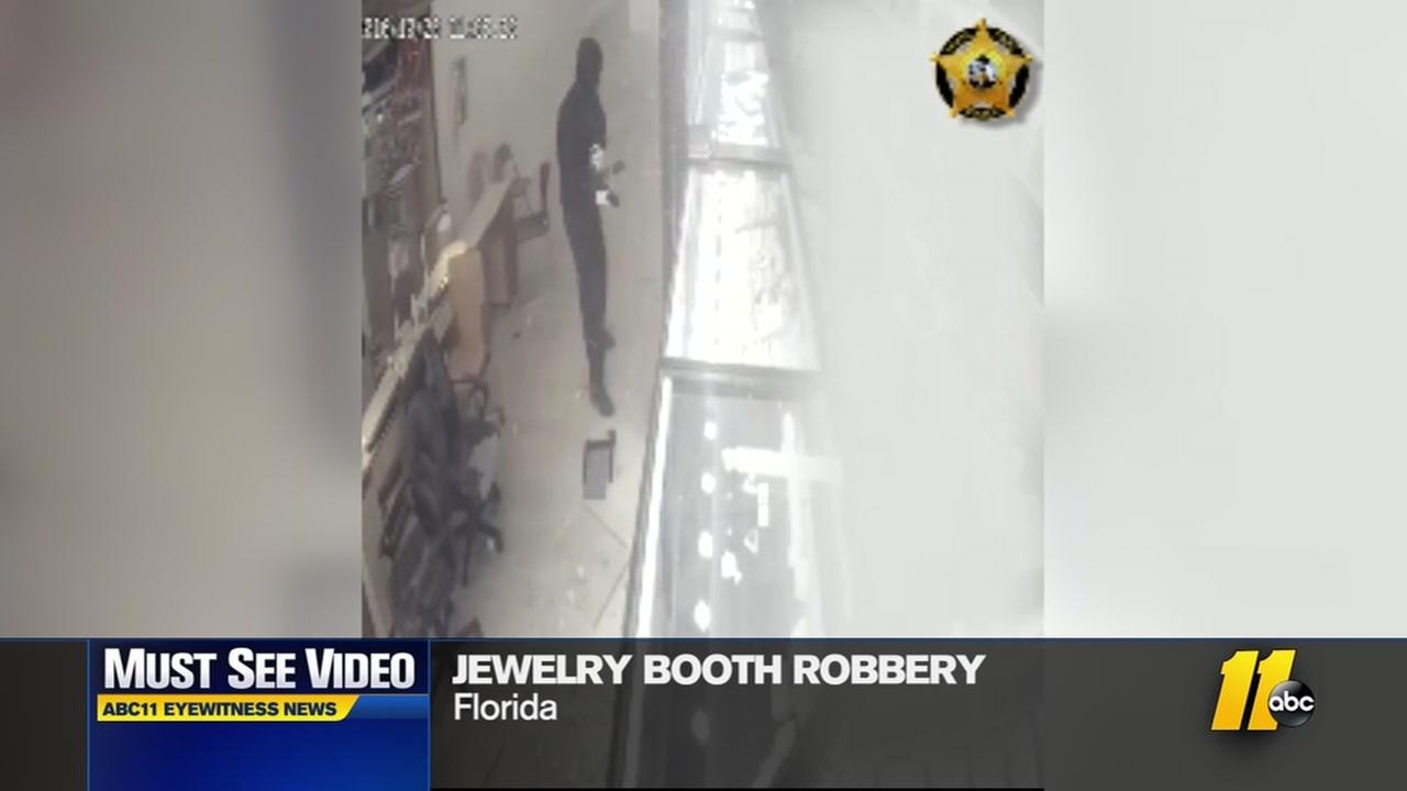 Terrifying jewelry booth robbery caught on camera