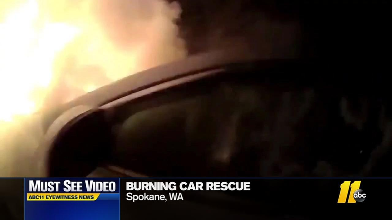 Police rescues woman from burning car
