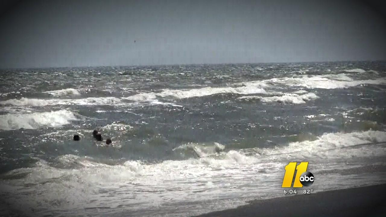 Man dies saving two teenagers from rip current