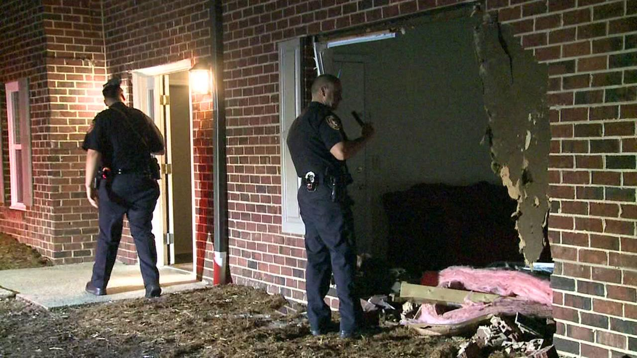 Driver plows into apartment complex, flees scene