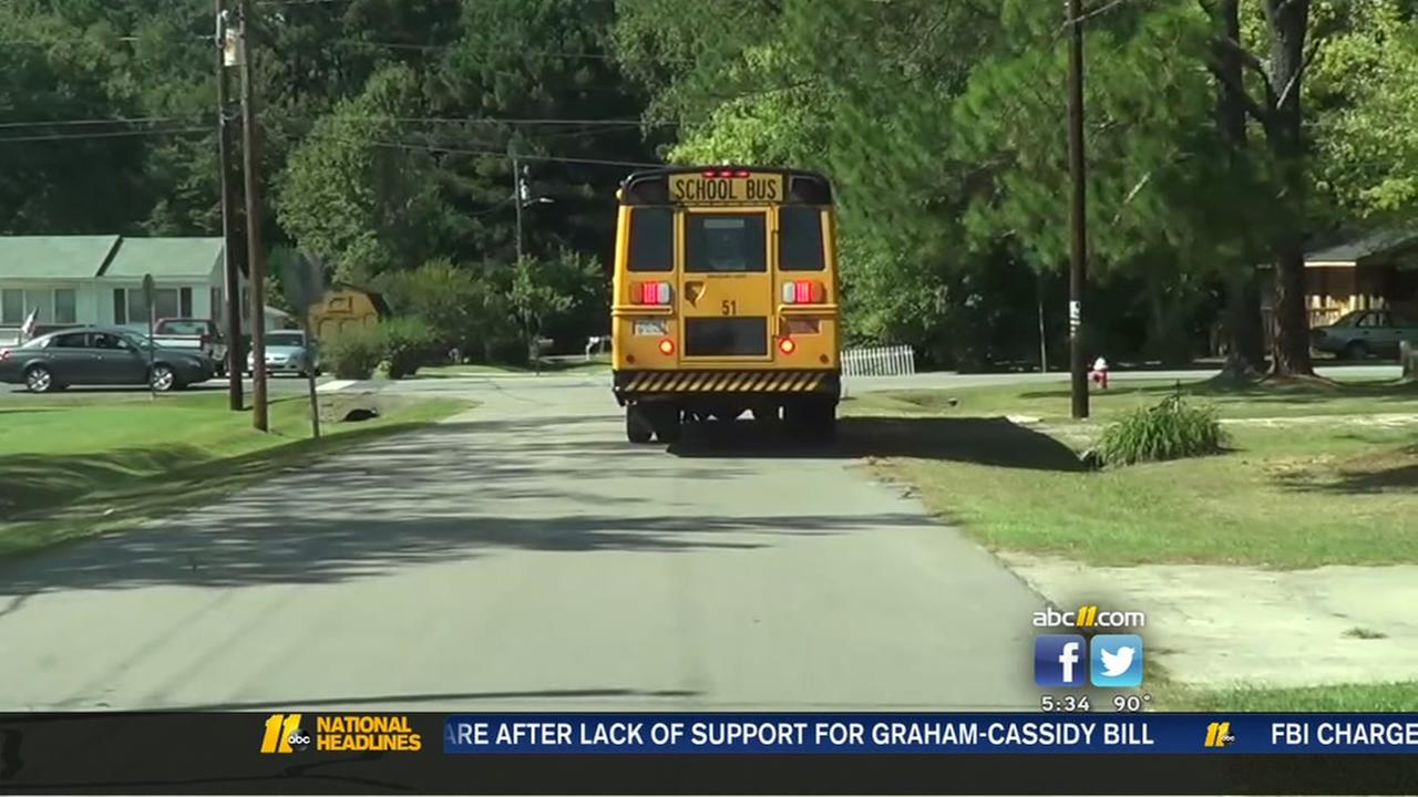 Strange man tried to lure kids from bus stop