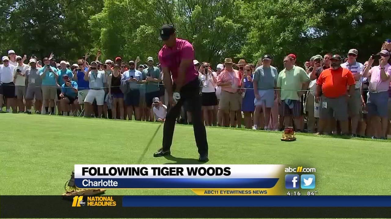 Huge throng follows Tiger Woods