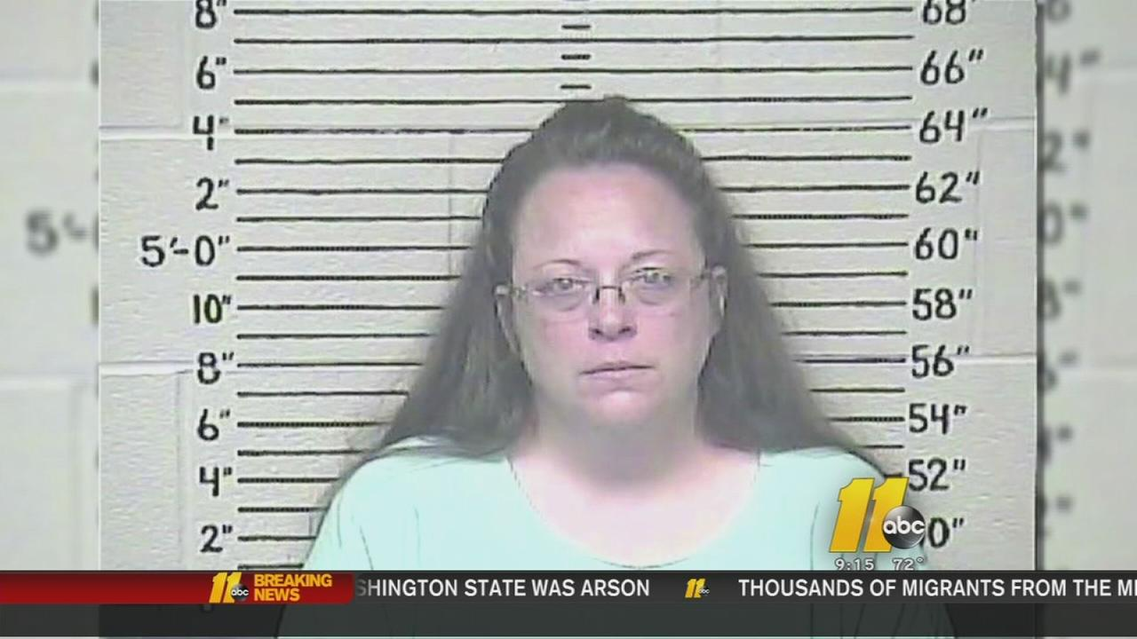 Jailed clerk vows not to back down