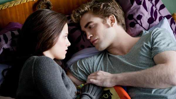 Edward Cullen (Robert Pattinson) and Bella Swan (Kristen Stewart)