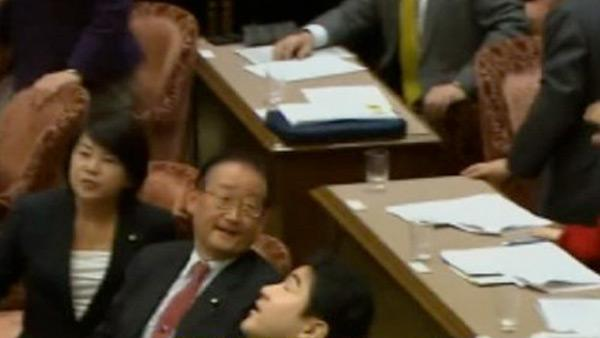 Japan quake rocks chandelier during meeting