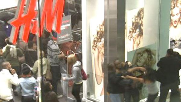 Holiday shopping season: Fights erupt at mall