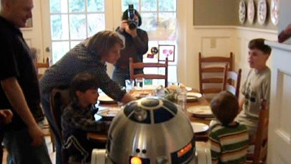 R2D2 shows hologram of Marine dad to family