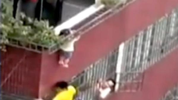 Toddler's head stuck in railing 40 feet up