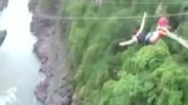 Woman's bungee cord snaps during Zimbabwe jump