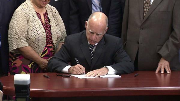 Brown signs California pension reform bill